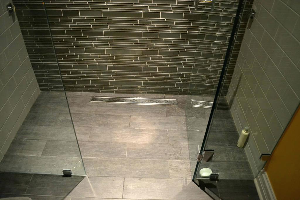 Een betegelde douchevloer waterdicht zonder lekkage.